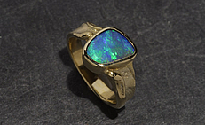 Foto: Ring mit Boulderopal in Gold 585/- aus Lechlers Goldschmiede Freiburg